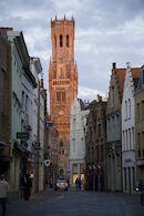 Halletoren (belfort) gezien vanuit de Sint-Jakobstraat met avondlicht