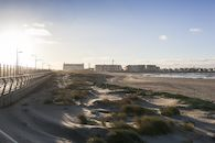 Zicht op het strand van Zeebrugge in de winter; vanop de Saint-George's Day-wandeling.