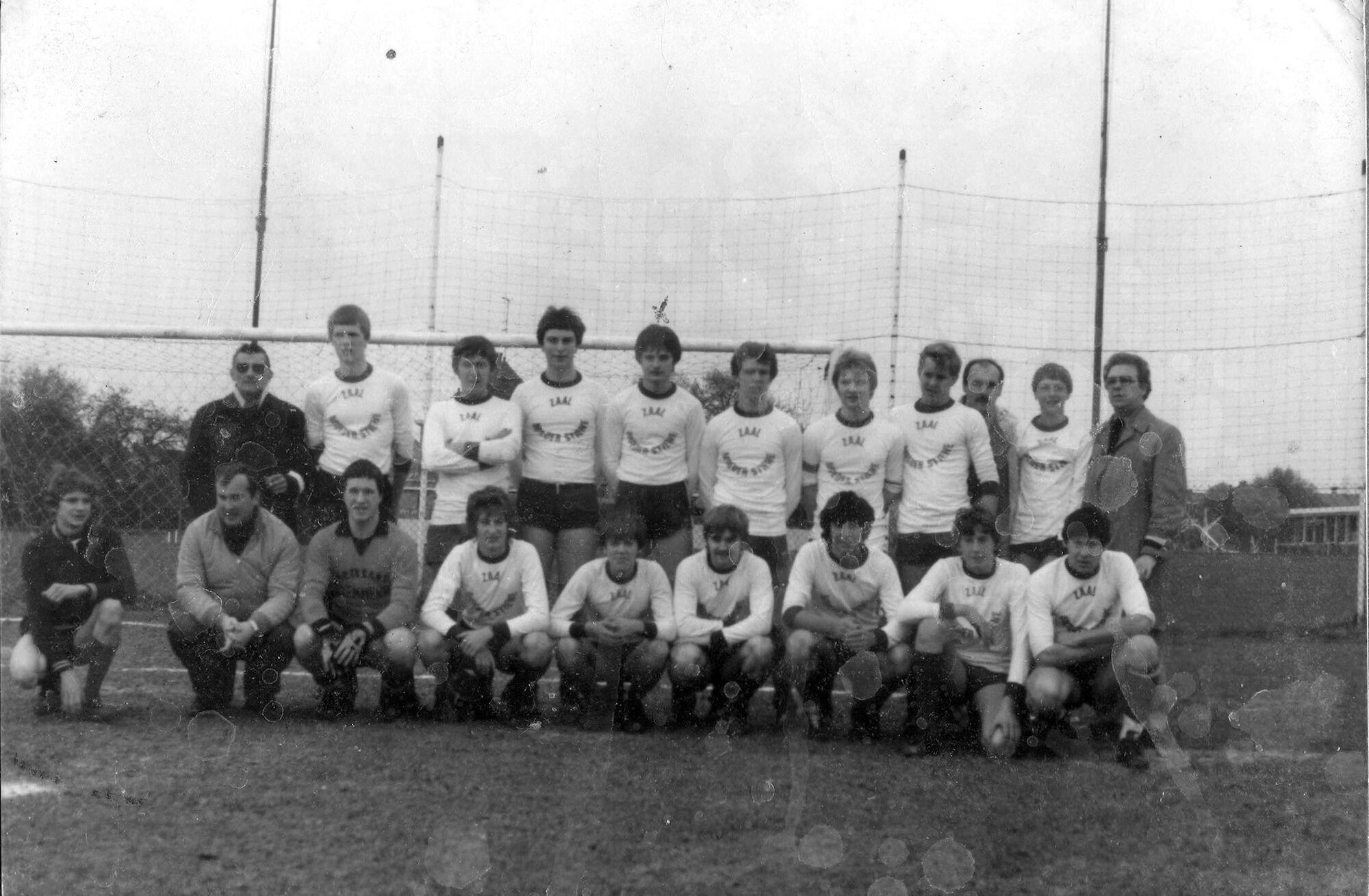 Louise Marie: groepsfoto voetbalploeg juniors 1982 - 1983