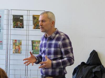 Dirk Nielandt op bezoek in de bibliotheek van Merelbeke.