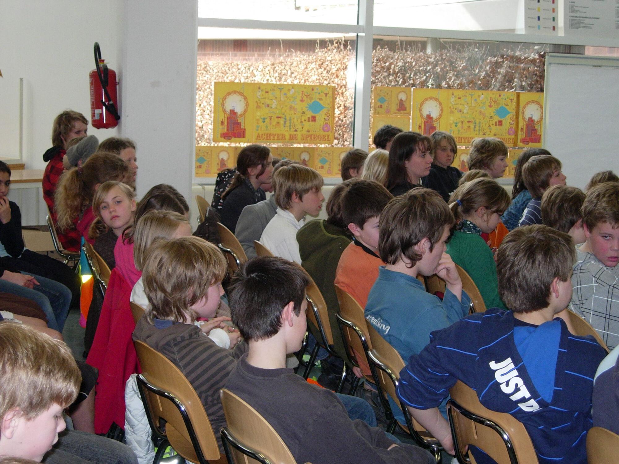 Katie Velghe op bezoek in de bib van Merelbeke