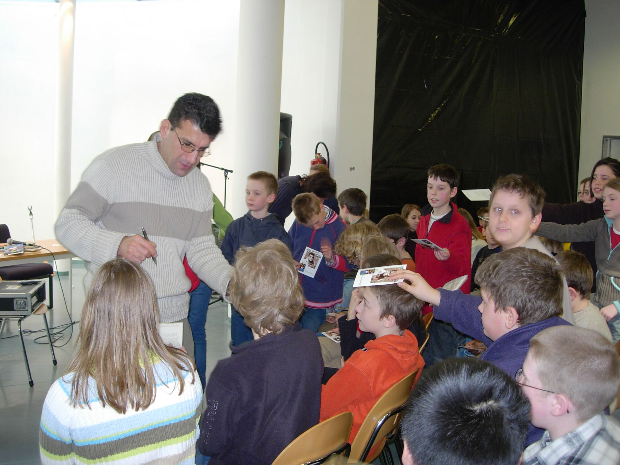 Jamil Shakely op bezoek in de bib van Merelbeke