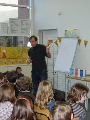 Maarten Jagermeester op bezoek in de bib van Merelbeke.