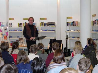 Wally De Doncker op bezoek in de bibliotheek van Merelbeke