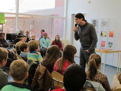 jeugdauteur do Van Ranst op bezoek in de bibliotheek van Merelbeke
