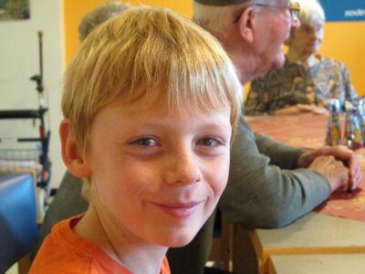 Vijfde leerjaar op bezoek in het rusthuis.