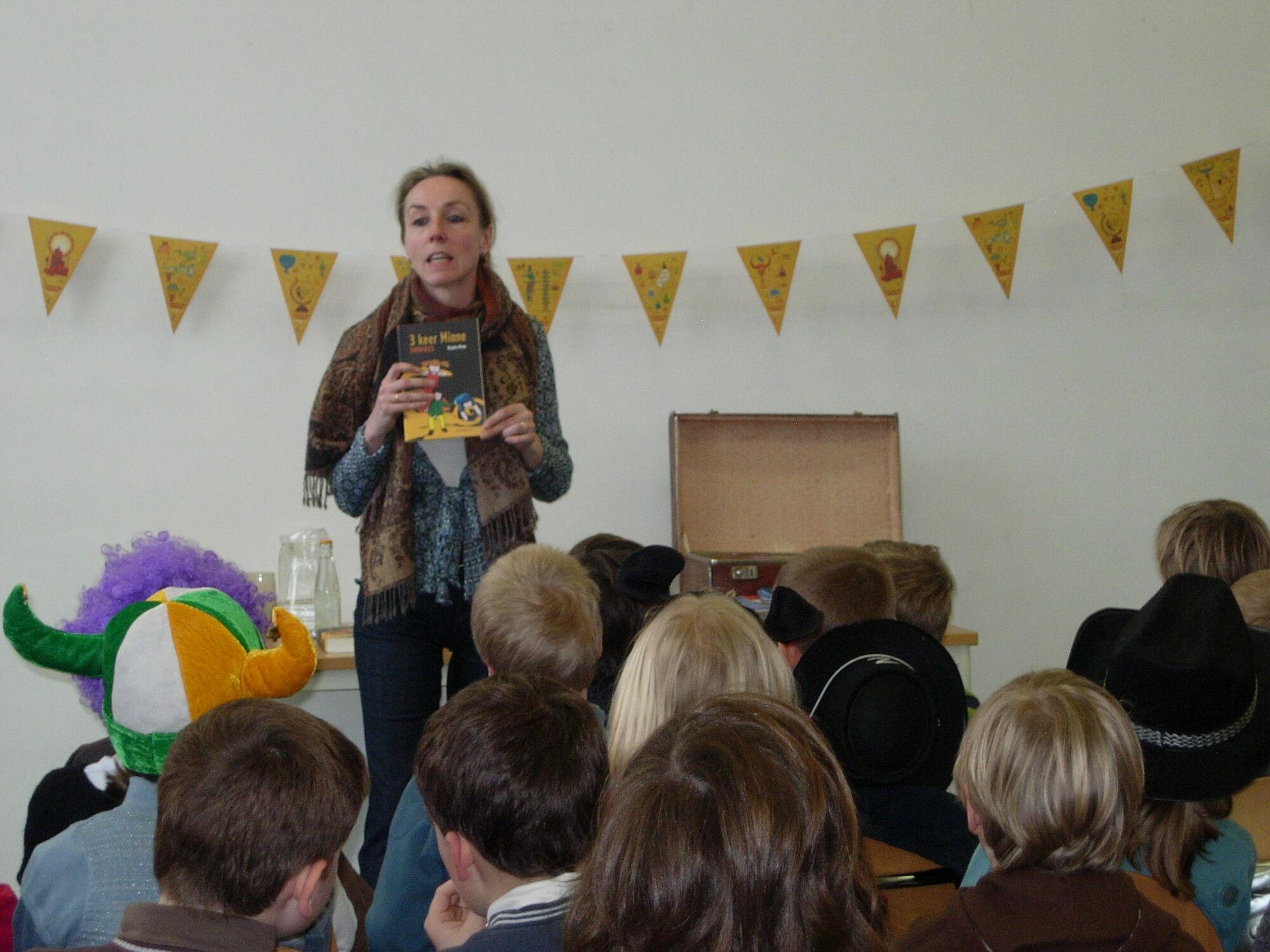 Brigitte minne op bezoek in de bibliotheek van Merelbeke