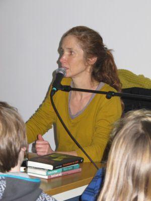 Evelien de Vlieger op bezoek in de bibliotheek van Merelbeke.