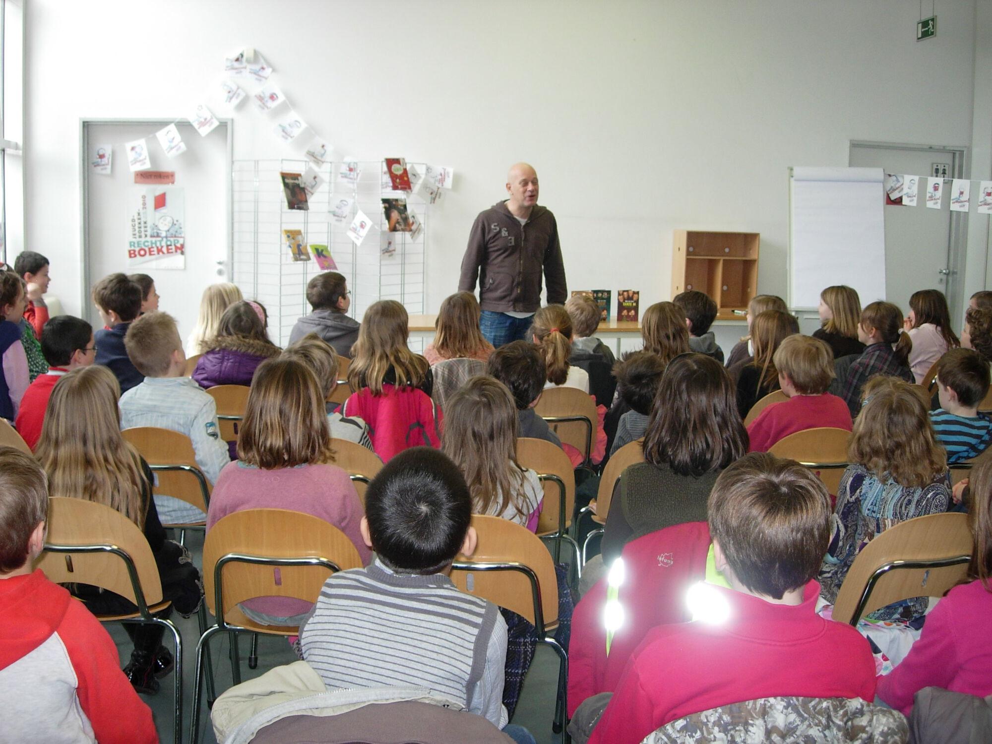 Bart Demyttenaere op bezoek in de bibliotheek van Merelbeke.