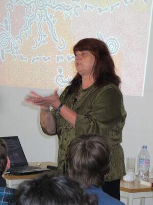 Marita De Sterck op bezoek in de bibliotheek van Merelbeke