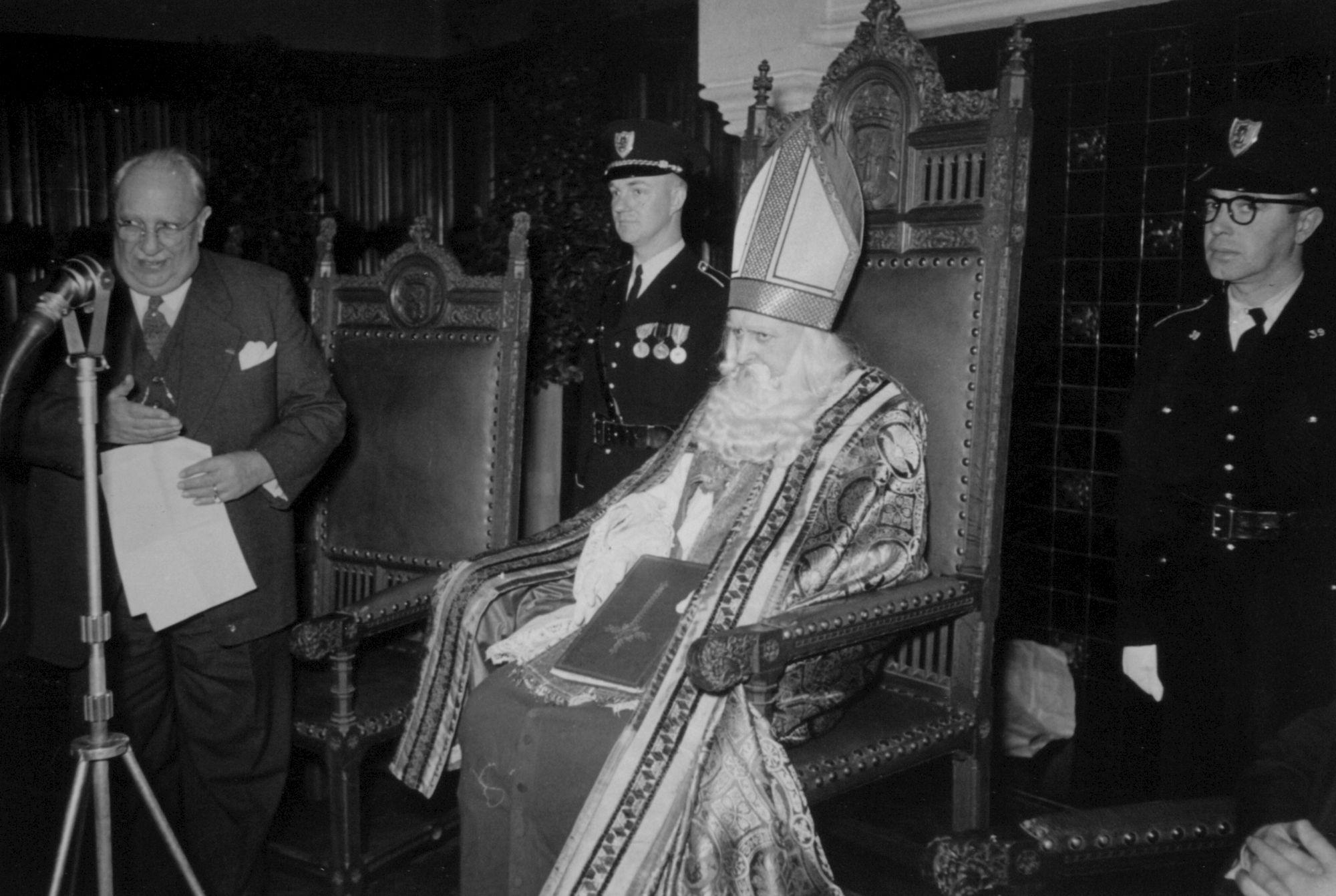 Sinterklaas ontvangt burgemeesters Nederlandse Sint-gemeenten