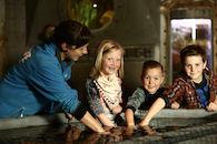 Touchpool met kinderen en gids.jpg
